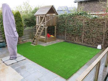 Speeltoestel Kleine Tuin : Kunstgras in tuin met speeltoestel in deventer